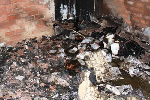 Cảnh sát mang bình gas ra khỏi nhà trọ bốc cháy