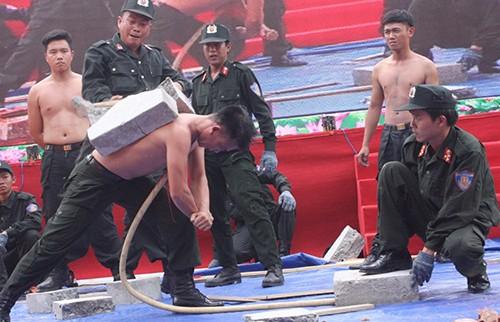Xem cảnh sát cơ động Bình Dương trình diễn võ thuật