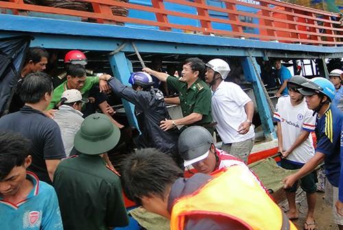 Biên phòng tìm kiếm 4 ngư dân bị nạn thâu đêm