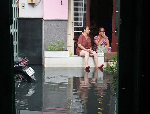 Mưa ngớt, TP.HCM còn ngập nước