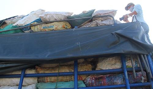 Xe tải chở hơn 9 tấn xương động vật có giòi
