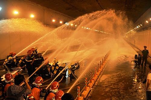 Hàng trăm người diễn tập chữa cháy đường hầm sông Sài Gòn