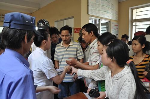 Bác sĩ các trạm y tế ít thời gian để khám, chữa bệnh