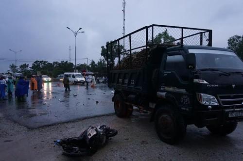 Xe tải rẽ trái va chạm với xe máy, hai người tử vong