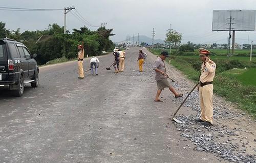 Cả chục cảnh sát dọn đá dăm do xe tải rải trên đường