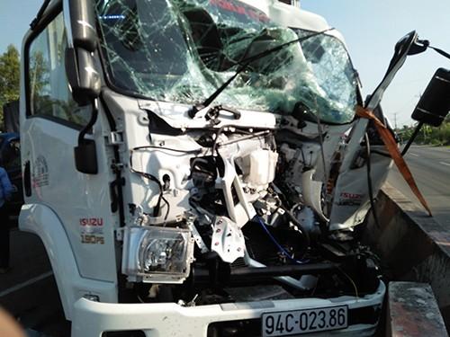 Húc đuôi xe tải, tài xế trọng thương trong cabin bẹp dúm