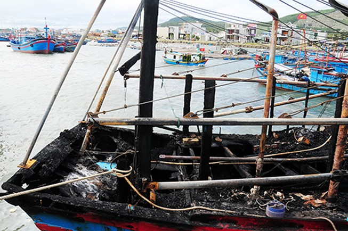 3 tàu cá bị cháy trôi trên biển Sa Huỳnh
