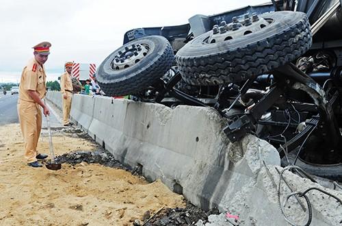 Xe tải lật nghiêng, xi măng, dầu nhớt tràn ra quốc lộ