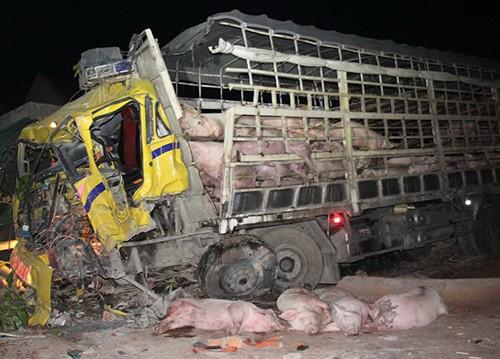 Xe tải tông ô tô khách, 3 người thương vong
