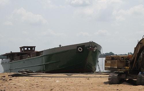 Đứt cáp sà lan khi hạ thủy, 2 công nhân tử vong