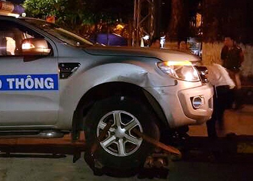 Truy tìm người húc văng xe cảnh sát giao thông