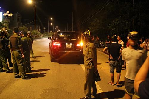 Hai nhóm đi 6 ô tô quyết chiến bằng súng điện, lựu đạn
