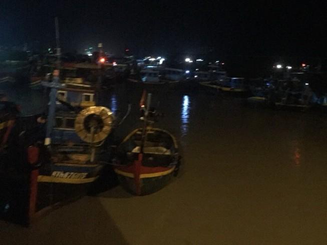 Nóng: Hàng chục tàu thuyền bất ngờ bị lũ cuốn ra biển