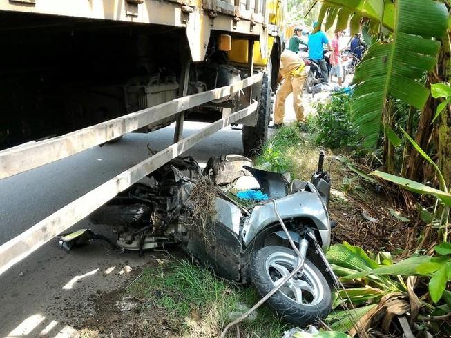 Xe tải kéo lê mô tô 150 m, 2 vợ chồng nhập viện