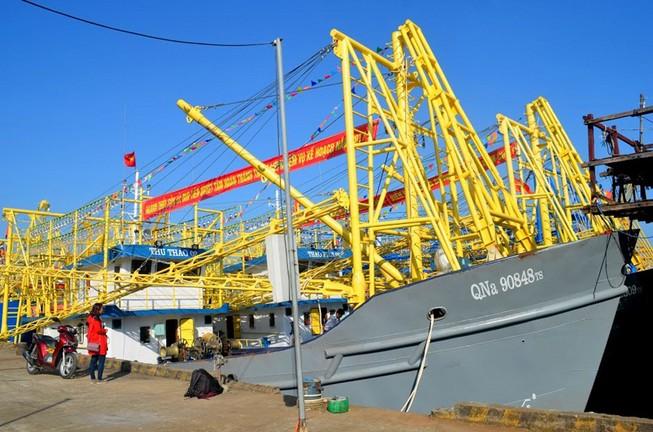 Đoàn tàu vỏ thép mang băng rôn chủ quyền vươn khơi