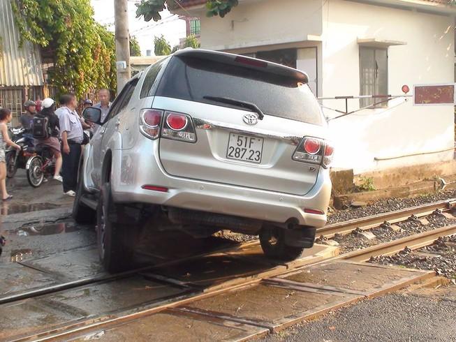 Ô tô kẹt trên đường ray khi đoàn tàu đang lao tới