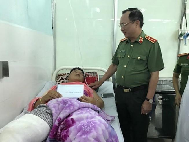 Thứ trưởng công an thăm 2 cảnh sát PCCC bị thương