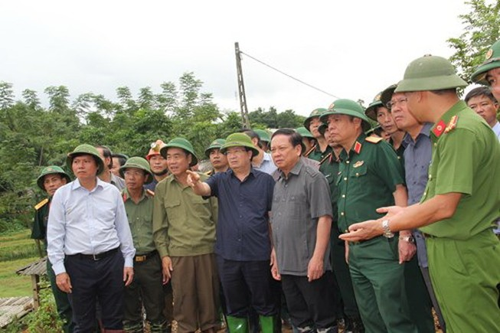 Phó Thủ tướng đến hiện trường 18 nạn nhân bị vùi lấp