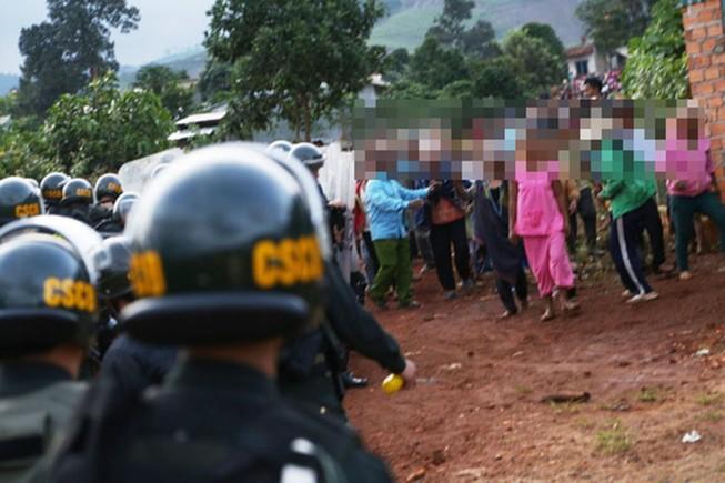 Đốt xăng, chém cảnh sát khi cưỡng chế thi hành án