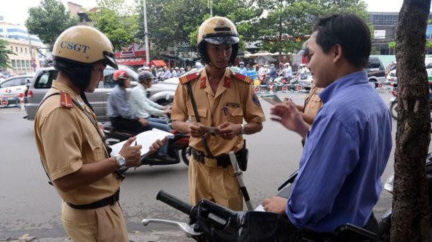 Đề xuất gắn camera trên mũ cảnh sát giao thông