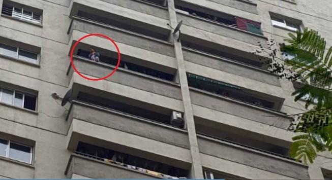 Cháu bé ngồi lan can 12 tầng khóc thét, nhiều gia đình... giật mình