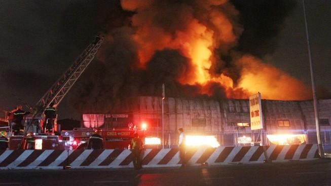 Cháy lớn kho hàng gần trạm xăng dầu Vân Trúc là do chập điện