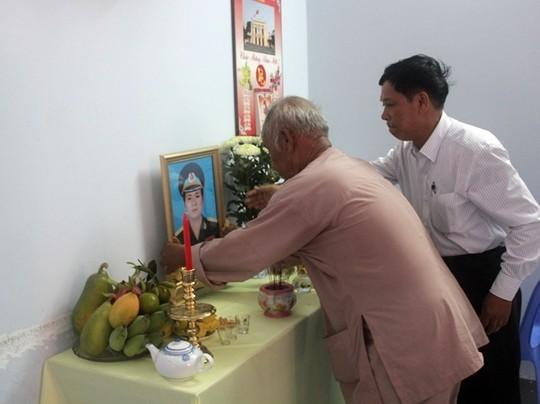 Đưa thi thể phi công Nguyễn Anh Tú về thăm nhà