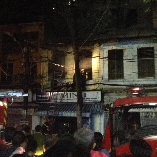 Bé gái 2 tuổi tử vong trong vụ cháy lớn ở cửa hàng điện tử quận 1