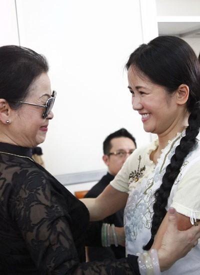Khánh Ly đứng chung sân khấu với Hồng Nhung