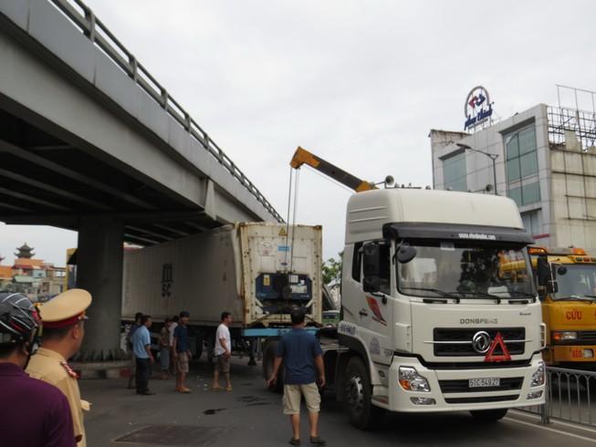 Hai xe container 'mắc nạn' ở khu vực cầu vượt Lăng Cha Cả