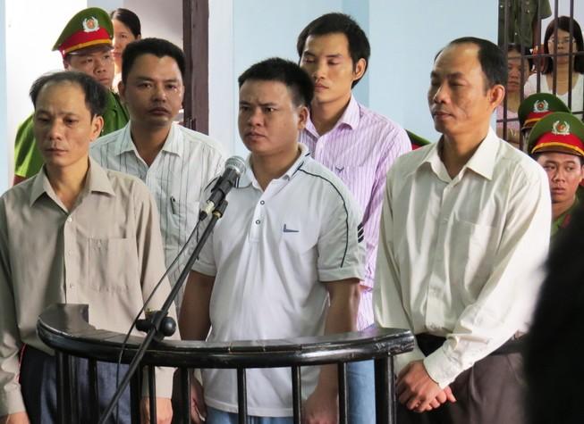 Truy tố nguyên trưởng Công an huyện và ba thuộc cấp ăn chặn trầm kỳ