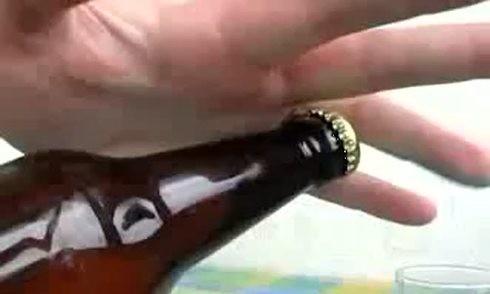 Dùng chai bia ném gãy … năm chiếc răng đối thủ