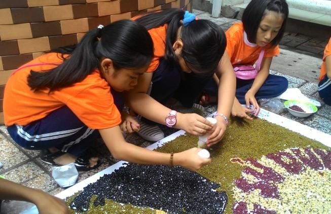 Học sinh tiểu học chung tay bảo vệ loài tê giác