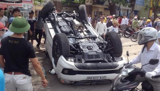 Xe Fortuner tông rớt bánh xe con, gãy cột điện rồi lật ngửa