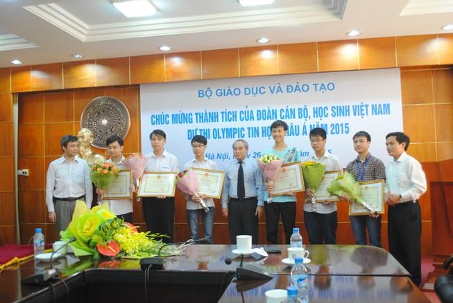 Khen thưởng học sinh đạt giải Olympic tin học châu Á