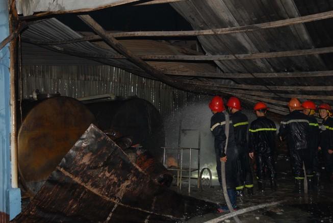 Cháy nổ ở kho chứa cồn, nhiều người bỏ chạy