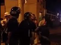 Người dân quay clip cảnh sát cơ động túm cổ áo dân