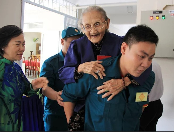Xúc động hình ảnh cụ già 95 tuổi đi dự đại hội Đảng