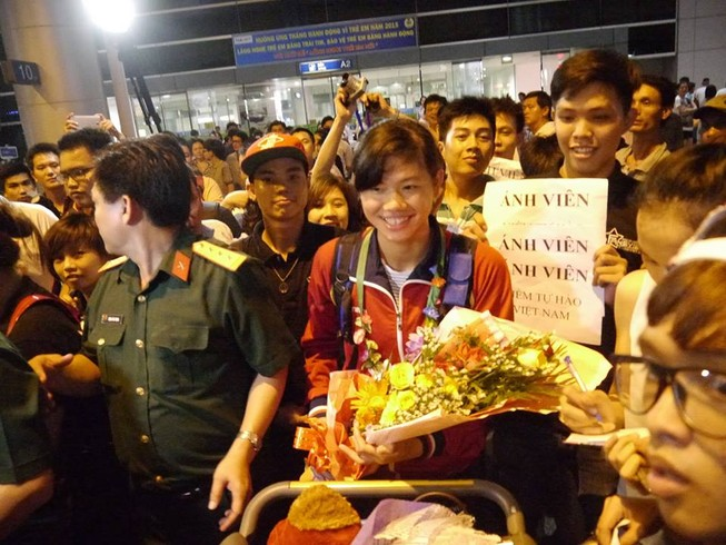 Người hâm mộ hân hoan chào đón Ánh Viên tại sân bay Tân Sơn Nhất