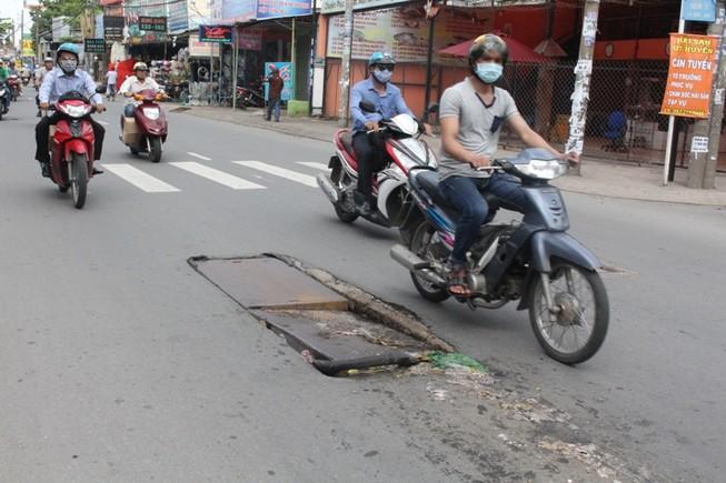 Nắp cống vỡ án ngữ giữa đường