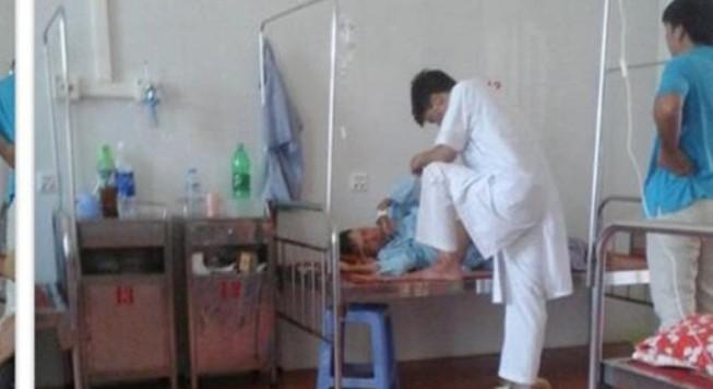 Bác sĩ gác chân khám bệnh: Đâu là giới hạn của y đức?