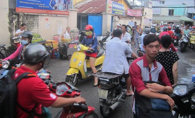 Nhóm thanh niên rượt chém nhau trước cổng trường