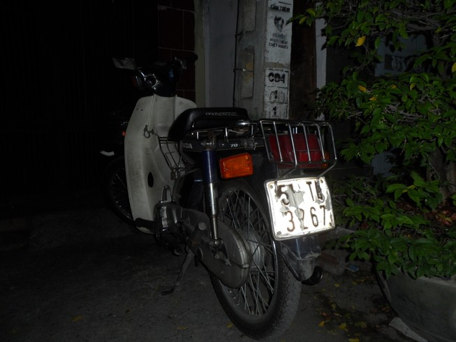 Tìm chủ xe máy đi chơi ... quên xe trước cửa quán cơm