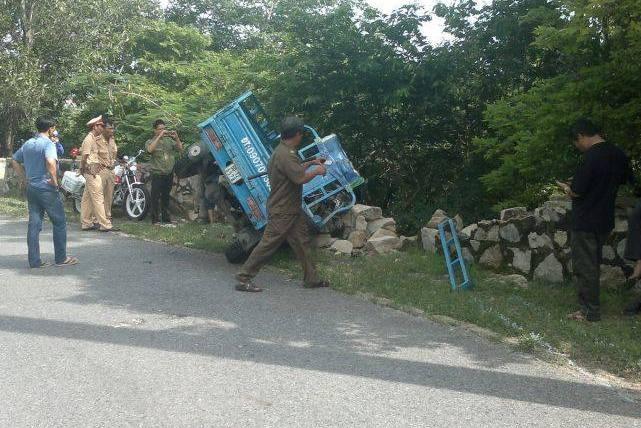 Xe ba càng đâm đổ bờ kè chân núi ở BR - VT, 11 người bị thương