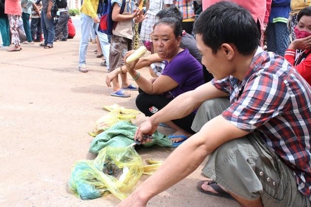 Người dân bỏ việc ra hiện trường theo dõi thực nghiệm vụ thảm sát ở Bình Phước