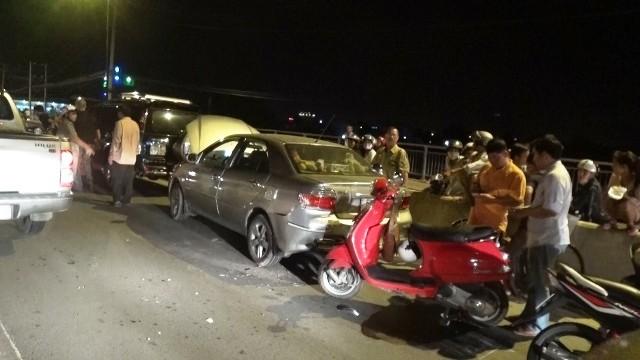 Hai xe máy liên tục gặp tai nạn trên làn đường ô tô
