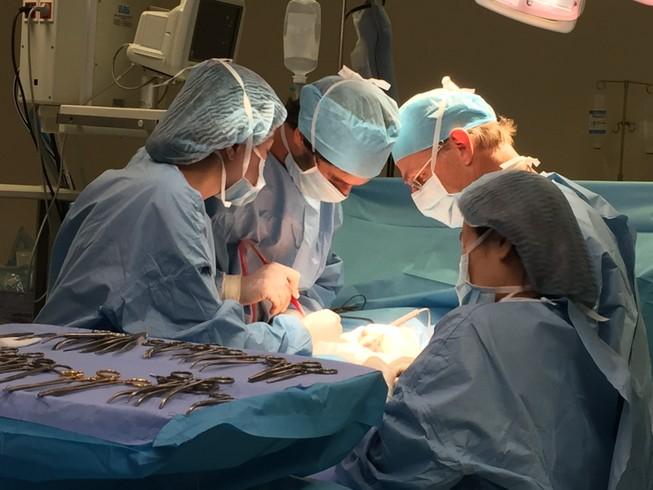 """GS-BS McKay McKinnon tiếp tục mổ u """"khủng""""cho bệnh nhân Việt"""