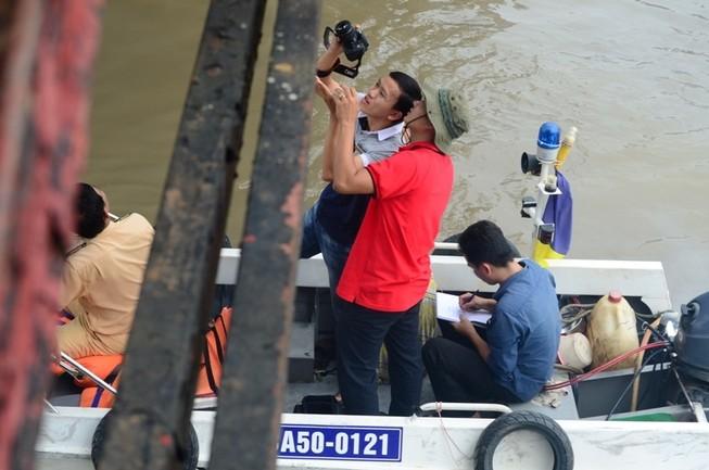 Xà lan tông vào cầu Long Kiển