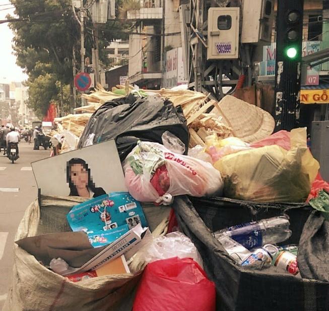 Những hạnh phúc chất lên xe rác