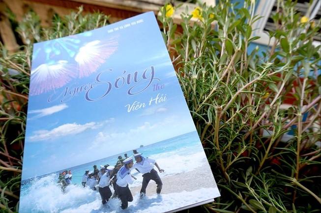 """Đưa 600 tập thơ """"Ngược sóng"""" về biển đảo vào Thư viện Quân đội"""